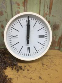 Vintage klok met witte omlijsting en romeinse cijfers