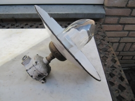 Oude brocante lamp met glas en een emaille kap