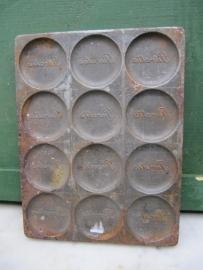 Brocante metalen chocolade mal met 12 vakken