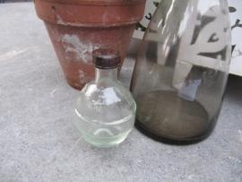Frans oud flesje met bakkelite dopje