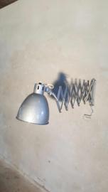 Oude zilverkleurige schaarlamp