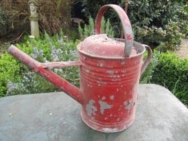 Brocante oude rode zinken gieter