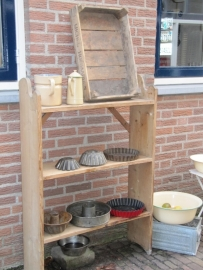 Oude brocante staande open kast of regaal