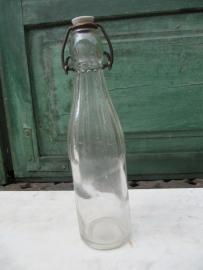 Blanke oude fles van 0.25 liter met porseleinen dop.