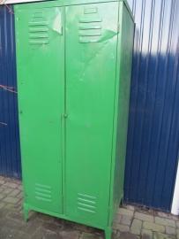 Oude metalen dubbele fabrieks locker groen