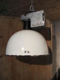 Oude industrie lamp met witte emaille kap en opzetstuk