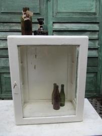 Antiek houten apothekerskast met 2 glazen legplankjes