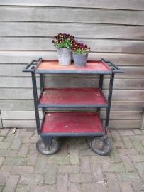 Frans metalen vintage industriële trolley op grote wielen