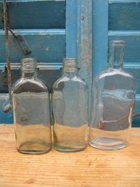 Set van 3 stuks platte glazen flesjes.