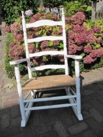 Brocante witte schommelstoel