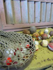 Frans brocante houten ballen in net