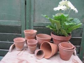 Oude handgevormde Terracotta potten in diversen formaten set van 10 stuks