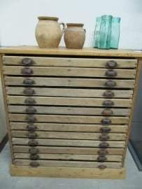 Oude houten (letter) ladenkast