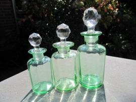 Glazen lichtgroene flesjes met facetgeslepen glazen stop.