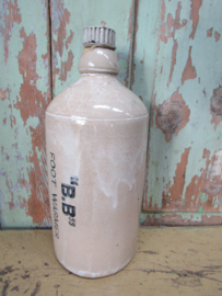 Oude kruik met aardewerk dop