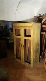 Oude kast met 2 deuren