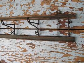 Brocante houten kapstokje met 6 metalen haken.