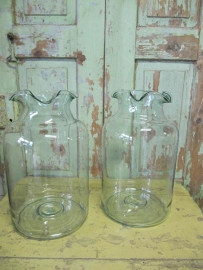 Glazen vaas met schulprand.