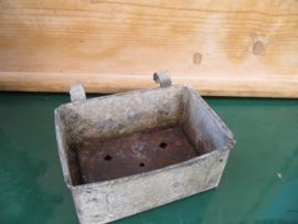 Heel oud Frans zinken (zeep)bakje met lekroostertje