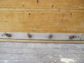 Brocante eenvoudig houten kapstokje
