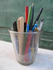 Oude jampot gevuld met pennen ed.