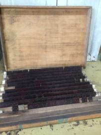Oude industriële kist met graveerletters/cijfers