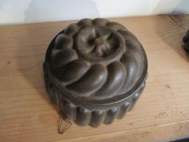 Antieke Franse bakvorm met schulpmotief en ophangoogje