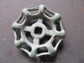 Oude metalen ronde groene kraan greep