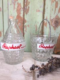Glazen waterfles en ijsemmertje