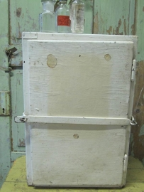 Oud wit kastje met ijzeren beugel