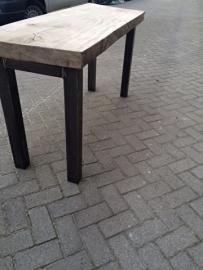 Tafel met metaal onderstel en mooi dik blad