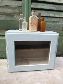 Super leuk lichtblauw medicijnkastje met glas in deurtje