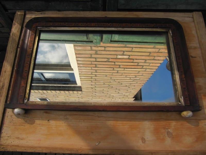 Oude spiegel met bewerkt hout