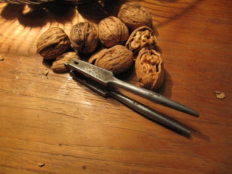 Brocante metalen notenkraker met ronde handgrepen