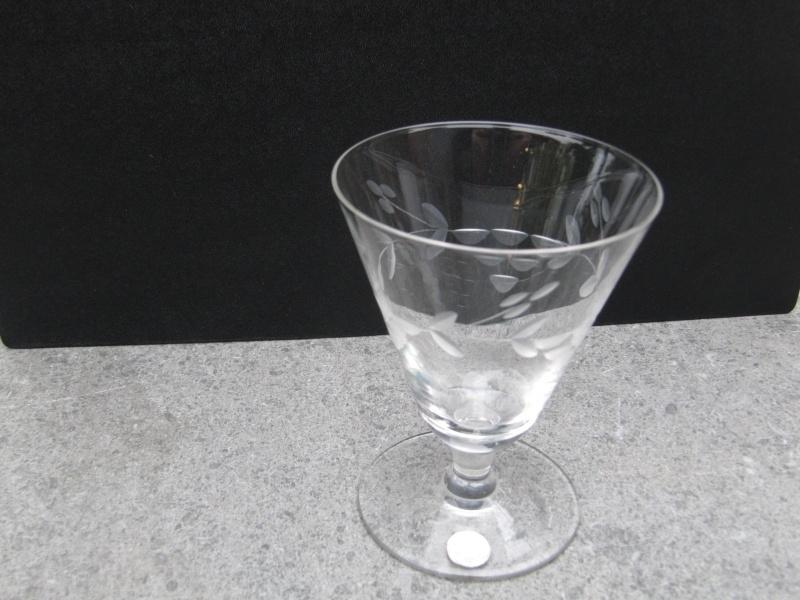 Kristallen wijnglas op lage voet met motief
