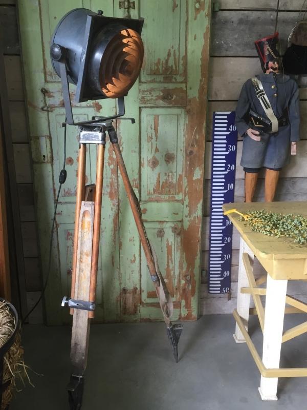 Vintage theaterspot op houten statief