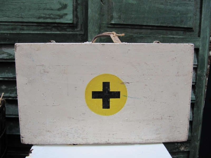Brocante oude houten EHBO koffer