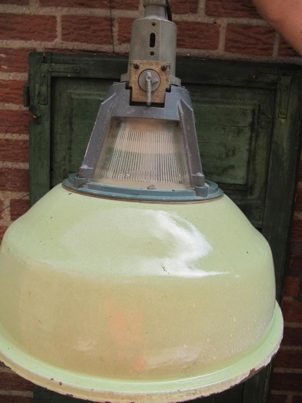 Oude mooie grote groene industriële lamp