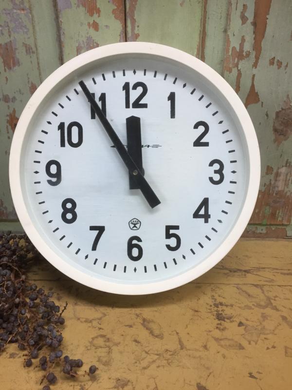 Vintage klok met witte omlijsting