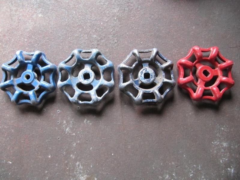 Oude metalen kraangreep blauw of rood