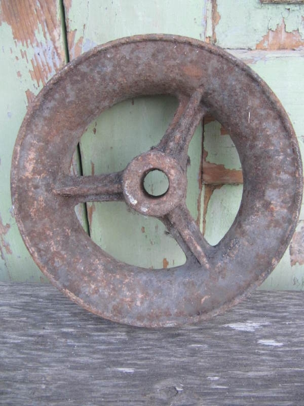 Oud metalen wiel van een katrol