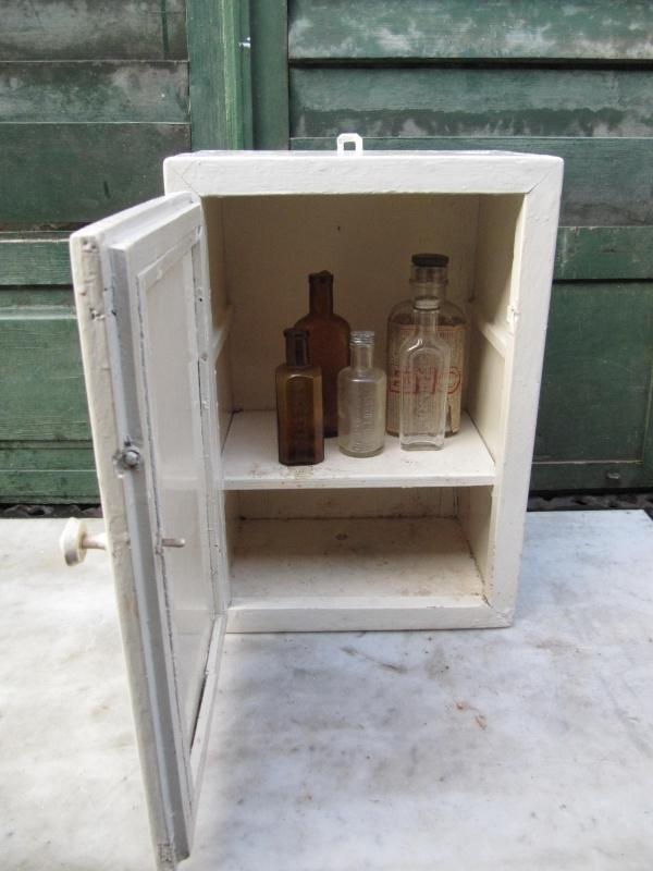 Medicijnkastje Met Spiegel.Mooi Oud Wit Medicijnkastje Met Spiegel Recent Verkocht