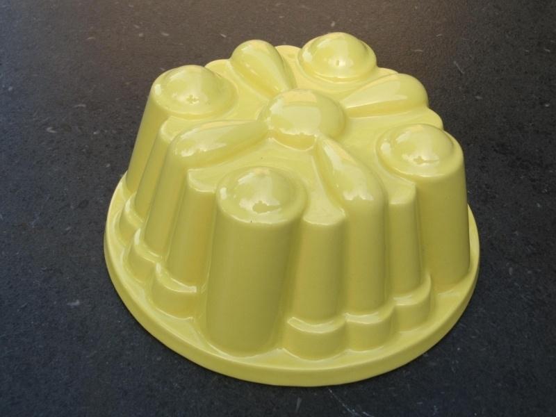 Aardewerken Puddingvorm geel van P. Regout