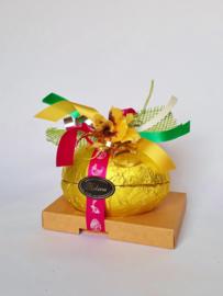 Luxe opgemaakt heel ei, 16 x 11 cm, gevuld met 500 gram paaschocolade