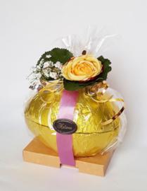 Luxe opgemaakt heel ei, 21 x 14 cm, gevuld met 750 gram paaschocolade