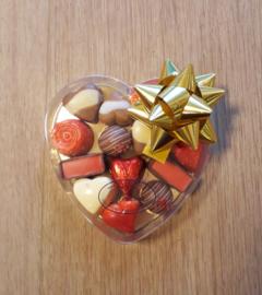 Hart doos middel ( 14  x 15 cm) met hartjes en bonbons