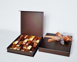 Super luxe doos, 21 x 21 cm,gevuld met heerlijke roombonbons