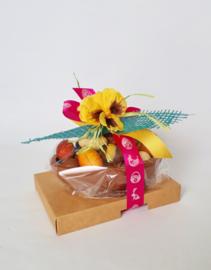 Luxe opgemaakte schaal 16 cm met 500 gram paaschocolade