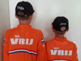 Thijs en Joost Vrij met geborduurde Petten