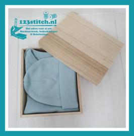 Klein houten doosje met rompertje en mutsje Stone Green